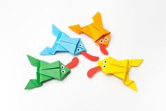 Les grenouilles se sont pliées du papier coloré dans la technique d'origami Photographie stock libre de droits