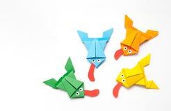 Les grenouilles se sont pliées du papier coloré dans la technique d'origami Photo stock