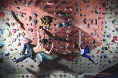 Les grimpeurs de couples s'élève à l'intérieur Photo libre de droits