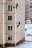 Les grimpeurs industriels réparent les joints entre les panneaux d'un immeuble Photo stock