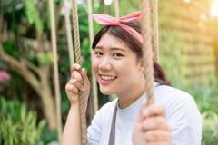 Les grosses femmes de l'adolescence asiatiques rient heureux drôle apprécient Photo stock