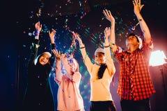 Les groupes d'amis sont les hommes asiatiques et les femmes célèbrent la fête de Noël Images libres de droits