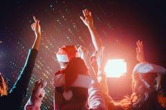 Les groupes d'amis sont les hommes asiatiques et les femmes célèbrent la partie de Noël et de nouvelle année Images libres de droits