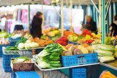 Les groupes de légumes organiques se sont vendus sur le marché de l'agriculteur à Brême Photographie stock