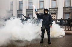 Les groupes nationalistes brûlent des fusées pendant mars de la dignité à Kiev Images stock