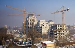 Les grues à tour construisent le bâtiment Image libre de droits