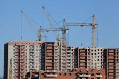 Les grues construisent une nouvelle maison Photos libres de droits