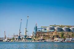 Les grues dans la cargaison mettent en communication dans la baie de Sébastopol Image stock
