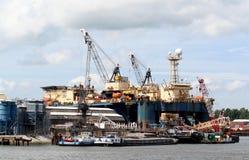 Les grues fonctionnent dans le port de Rotterdam Images libres de droits