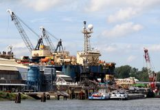Les grues fonctionnent dans le port de Rotterdam Photos libres de droits