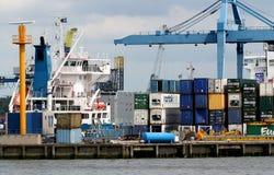 Les grues fonctionnent dans le port de Rotterdam Photo libre de droits