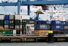 Les grues fonctionnent dans le port de Rotterdam Image libre de droits