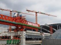 Les grues montent dans le ciel gris à la station grande de Bangsue Images libres de droits