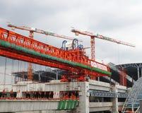 Les grues montent dans le ciel gris à la station grande de Bangsue Image libre de droits