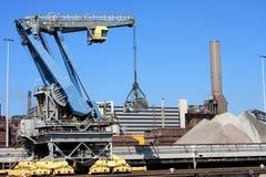 Les grues s'approchent de l'usine en acier en Hollande (IJmuiden) Images stock