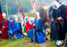 Les guerriers de croisé se sont mis à genoux à la prière avant mars Images libres de droits