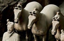 Les guerriers et les chevaux de terre cuite Images stock