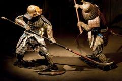 Les guerriers samouraïs dans la reconstruction de la vieille guerre japonaise luttent photographie stock libre de droits