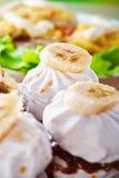 Les guimauves ont décoré la banane Images libres de droits