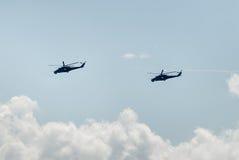 Les hélicoptères russes MI-24 ont laissé les pièges thermiques Photographie stock libre de droits