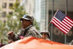 Les héros américains défilent image stock