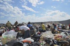 Les habitants de décharge recherchent la nourriture, les recyclables, et les articles pour l'existence photos libres de droits