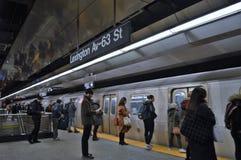Les habitants de New York City permutent pour travailler l'heure de pointe de station de train de voiture de souterrain photographie stock libre de droits