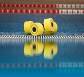 Les haltères d'aérobic d'Aqua se sont reflétés dans l'eau Photos stock