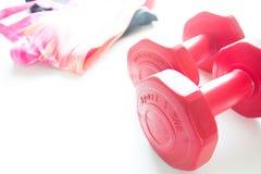 Les haltères et le sport rouges portent à l'arrière-plan de fittness Usage de sport, Photos libres de droits