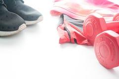 Les haltères et le sport rouges portent à l'arrière-plan de fittness Usage de sport, Image stock