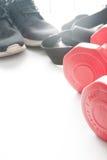 Les haltères et le sport rouges portent à l'arrière-plan de fittness Usage de sport, Images libres de droits