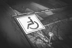 Les handicapés se connectent le verre de voiture Photo libre de droits