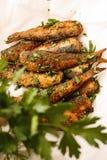 Les harengs marinés frits faciles pêchent sur le plat blanc photographie stock