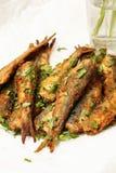 Les harengs marinés frits faciles pêchent sur le plateau blanc image stock