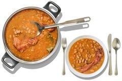 Les haricots cuits au four avec les nervures de porc fumées ont servi le dîner sur le fond blanc Image libre de droits