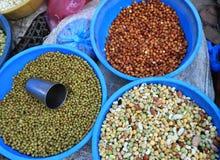 les haricots et les pois se vendant à la rue font des emplettes Photo stock