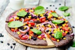 Les haricots noirs couvrent la pizza d'une croûte avec du maïs, épinards, tomates, haricot noir photos libres de droits