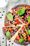 Les haricots noirs couvrent la pizza d'une croûte avec du maïs, épinards, tomates, haricot noir images libres de droits