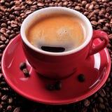 Les haricots rôtis par expresso rouge de tasse de café se ferment vers le haut du format carré Image libre de droits