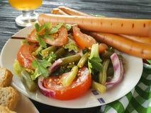 Les haricots verts de salade, tomate, ont fait frire la bière traditionnelle d'apéritif de casse-croûte de saucisses de boeuf d'u Images stock