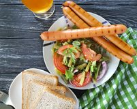 Les haricots verts de salade, tomate, ont fait frire la bière traditionnelle d'apéritif de casse-croûte de saucisses d'oignons d' Images libres de droits