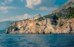 Les hautes falaises à côté de la plage centrale de Budva Photo libre de droits