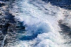 Les hautes vagues sur l'eau apprêtent après bateau Images libres de droits