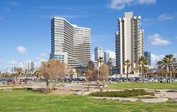 Les hauts bâtiments modernes sur la côte de Tel Aviv photo libre de droits