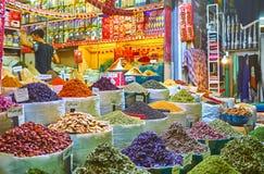 Les herbes et les épices sur le marché de Chiraz, Iran Photo stock