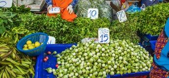 Les herbes et les légumes verts tropicaux dans les paniers avec des prix chez Khlong Toey lancent sur le marché contre image stock