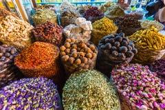 Les herbes sèches fleurit des épices dans le souq d'épice Photo libre de droits