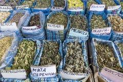 Les herbes sèches fleurit des épices dans le souq d'épice au marché local dedans Image stock