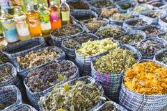 Les herbes sèches fleurit des épices dans le souq d'épice au marché local dedans Image libre de droits