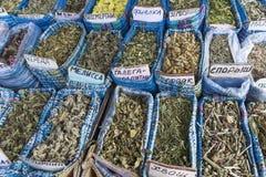 Les herbes sèches fleurit des épices dans le souq d'épice au marché local dedans Photos libres de droits
